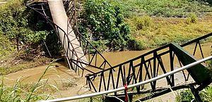 Passarela de pedestres desaba sobre riacho em São Luís do Quitunde