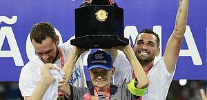 Adherbal Amaral, de 81 anos, funcionário do clube há mais de 42, levanta a taça de campeão na Arena Fonte Nova
