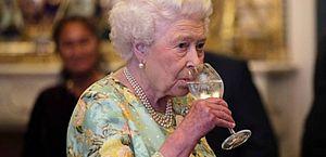 Rainha Elizabeth 2ª foi orientada a reduzir o consumo de álcool