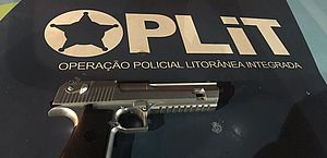 Simulacro de arma foi apreendido com o suspeito