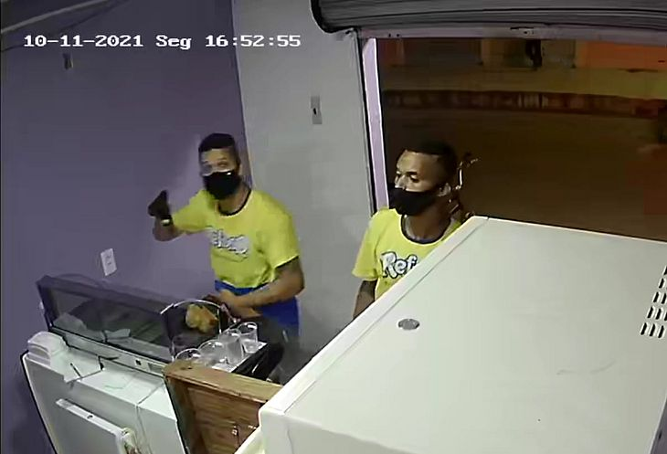 Imagens de câmera de segurança flagraram bandidos durante tentativa de assalto