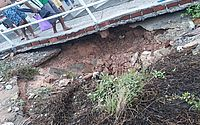 Buraco surge embaixo de escadaria e assusta moradores no Jacintinho