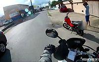Vídeo mostra ação da PM após flagrar condutor empinando moto