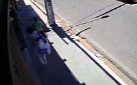 Câmera flagra homem fugindo com 'sacolão' após assalto a loja no centro de Arapiraca