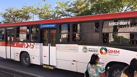 Sem opções, trabalhadores se aglomeram em ônibus lotado