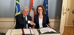 Os ministros Marcos Pontes e Iris Elisa Rauskala assinam acordo