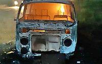 Carro pega fogo na BR-232, em Pernambuco, e dois ocupantes escapam
