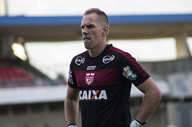 """João Carlos pede CRB intenso no clássico e analisa: """"Tudo pode acontecer"""""""