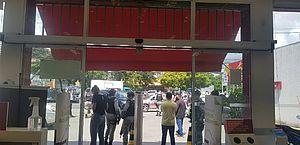 Refém relata ação de assaltante em farmácia na Fernandes Lima: 'Dizia que ia jogar a arma'