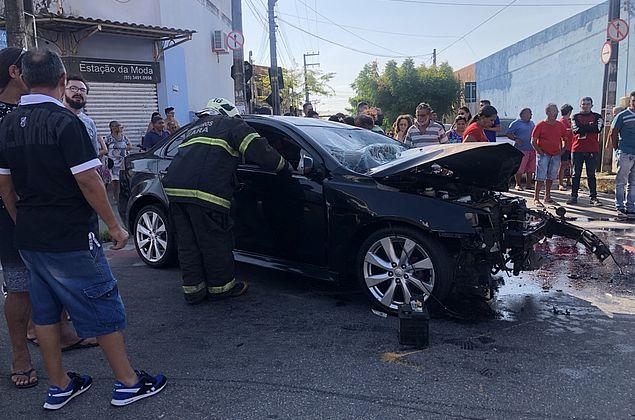 Na contramão: motorista idoso bate em dois veículos e morre em Fortaleza