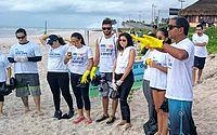Professor Luiz Carlos Maresia e grupo de voluntários durante ação educativa