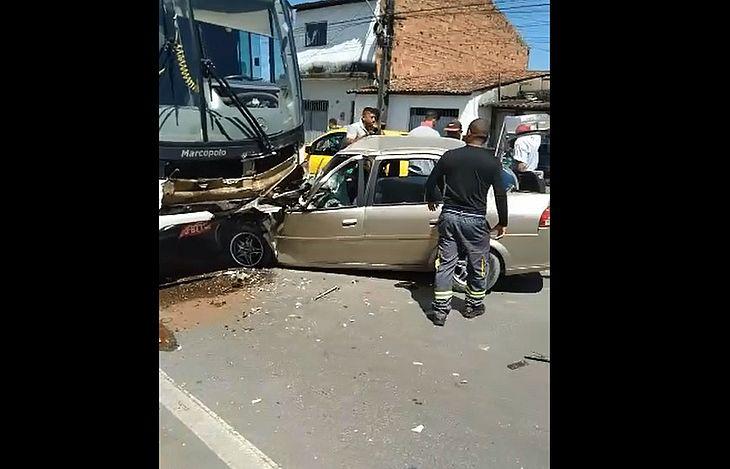 Veículo de passeio foi completamente destruído após colisão frontal