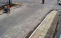 Câmeras flagram homens furtando moto na Jatiúca