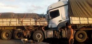 Duas carretas se envolvem em acidente na BR-101, em Rio Largo
