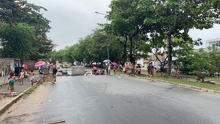 Os moradores questionam o plano de realocação executado pela Prefeitura, que está transferindo famílias da regiãopara residenciais no Benedito Bentes