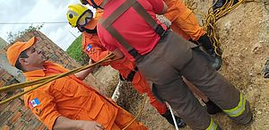 Homem cai em cacimba e fica com água até o pescoço; veja o resgate