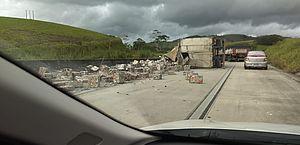 Acidente com caminhão deixa carga espalhada pela BR-101, em Novo Lino