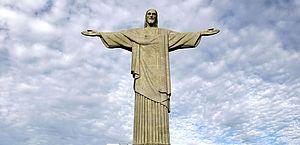Cristo recebe iluminação para incentivar vacinação contra a covid-19