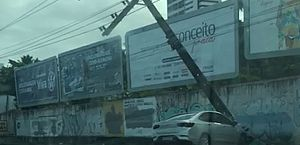 Vídeo: acidente danifica poste e deixa trânsito lento na Avenida Gustavo Paiva