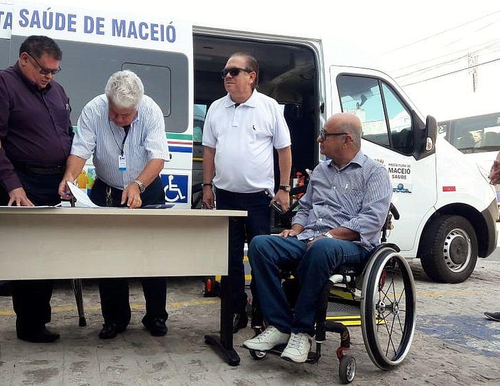 Secretário assina entrega de vans para deficientes físicos