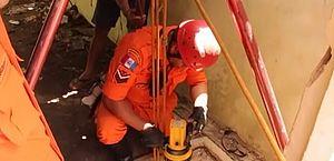Homem é resgatado por bombeiros após cair em poço