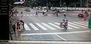 Vídeo: idosa em cadeira de rodas é atropelada na faixa de pedestres em PE