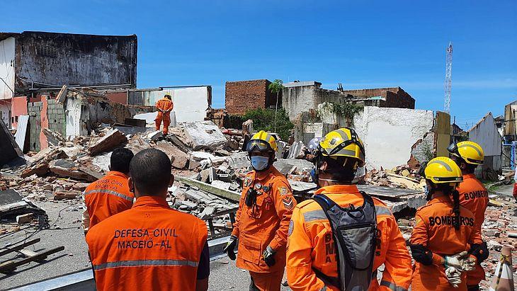 O desabamento foi registrado na Rua Santa Júlia e não há relatos de vítimas
