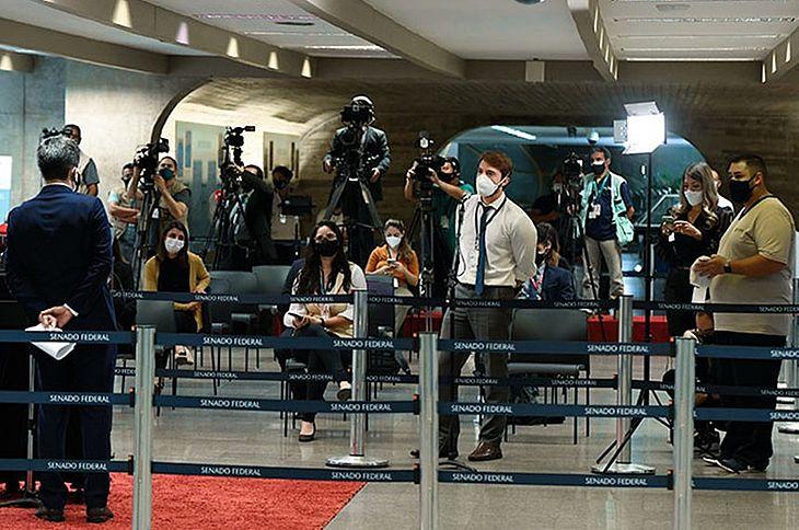 Jornalistas durante entrevista com parlamentares no Senado