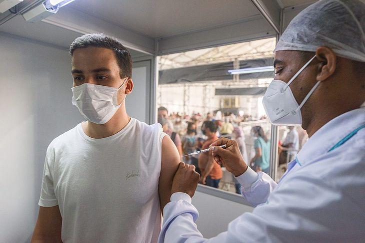 Pessoas com 20 anos e nomes iniciados de A a L já podem tomar a 1ª dose da vacina neste final de semana