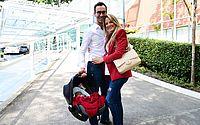 Ticiane Pinheiro e César Tralli deixam a maternidade com Manuella
