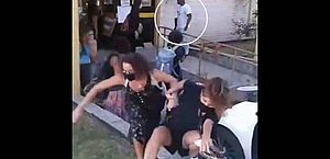Policial dá dois tiros durante manifestação de mulheres em frente à delegacia de Paraty; vídeo