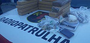 Polícia prende suspeito e apreende drogas, munição e balança de precisão no Jacintinho