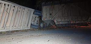 Motorista fica preso às ferragens após carreta com cana tombar na AL-105