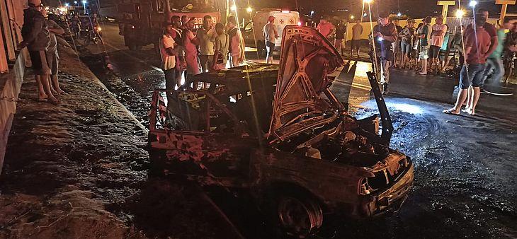 O carro pegou fogo e ficou completamente destruído