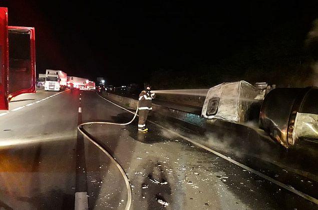 Corpo de motorista que morreu carbonizado em acidente entre carretas é identificado