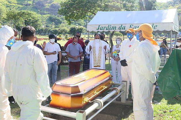 Familiares aproveitaram para prestar última homenagem ao cantor