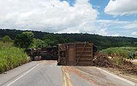 Caminhão tomba em rodovia de Alagoas
