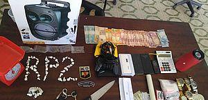 Polícia encontra videogame, caixa de som e drogas em casa de suspeito de tráfico