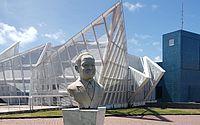 Prático da barra do Porto do Recife, Nelcy Campos (busto) rebocou navio em chamas para alto mar.