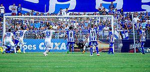 Jogadores do Avaí comemoram o gol da vitória