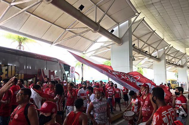 Torcedores do CRB recebem time no aeroporto após classificação histórica na Copa do Brasil