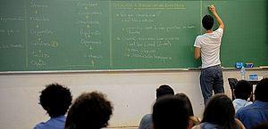 Professores brasileiros recebem 13% menos que a média dos trabalhadores com ensino superior, diz OCDE
