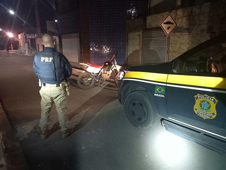 Homem é preso pela PRF após trafegar com motocicleta adulterada e sem placa, em Teotônio Vilela