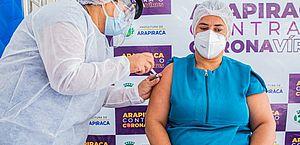 Profissionais da linha de frente recebem a vacina contra Covid em Arapiraca