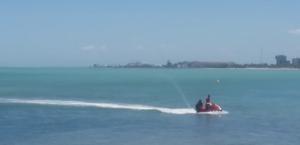 Vídeo: bombeiros resgatam turistas ilhados em Farol da Ponta Verde