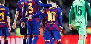 Piqué critica Barcelona por situação contratual de Messi