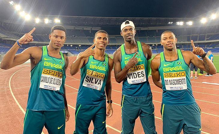 Da esquerda para a direita: os campeões mundiais Paulo André, Derick, Jorge e Rodrigo. Quarteto de ouro e resultado inédito para o atletismo brasileiro