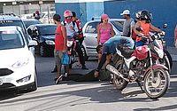 Mulher ficou ferida após colisão entre a moto que conduzia e um caminhão que estava no local.