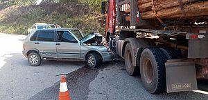 Motorista perde controle de carro e colide com carreta na Cachoeira do Meirim