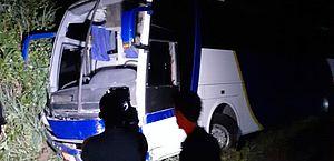 Ônibus com cerca de 30 pessoas bate em barreira perto de Santana do Mundaú